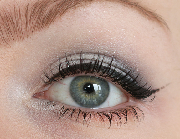 the_body_shop_swinging_silver_eyeshadow07