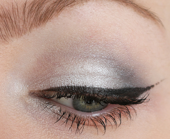the_body_shop_swinging_silver_eyeshadow09