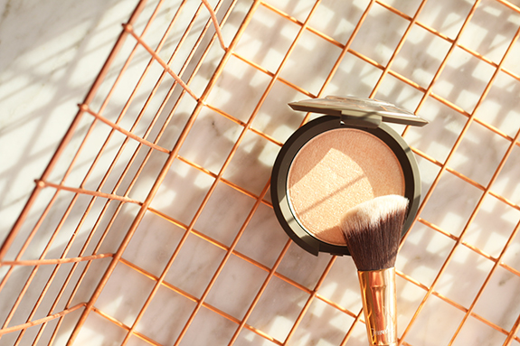 becc_jaclyn_hill_shimmering_skin_perfector_champagne_pop04