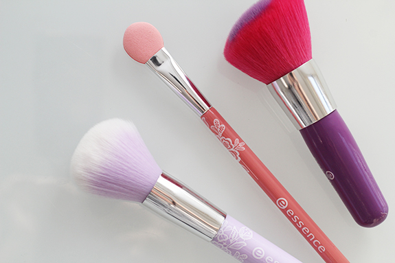 essence_powder_eyeshadow_blush_brush02