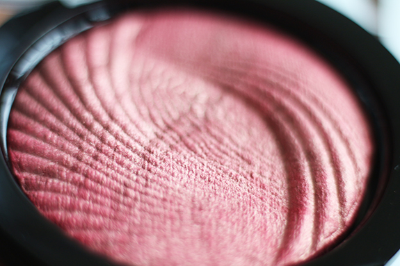 makeup_revolution_vivid_baked_highlighter_rose_gold_lights04