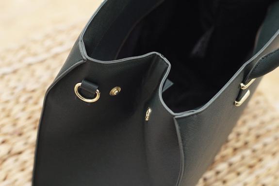 f1a20bc1d9c De gouden details en het 'lange' hengsel waarmee je de tas nonchalant aan  je schouder kunt laten bungelen maken het af. Je ziet 't: een hele chique  look ...