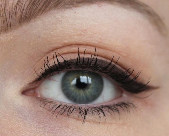 tip_voor_blondines_bruine_eyeliner_miss_sporty03